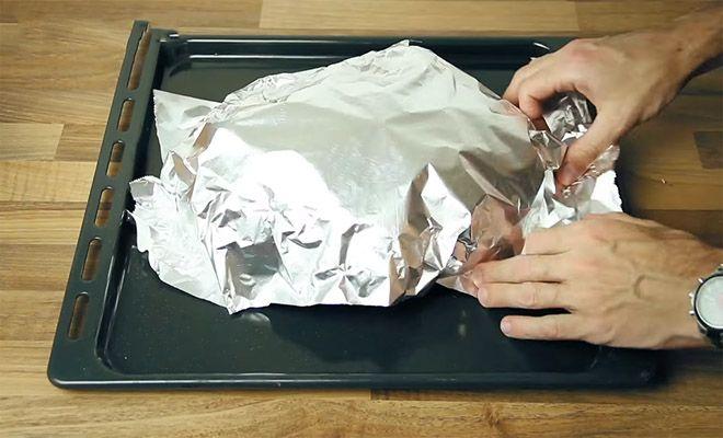 Τυλίγει ψωμί με αλουμινόχαρτο – Το αποτέλεσμα θα σας ξετρελάνει