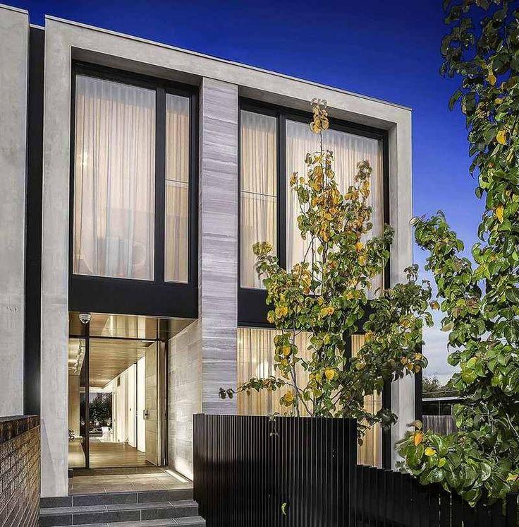 maison moderne avec une façade en béton et bois grisâtre et une clôture en lattes de bois