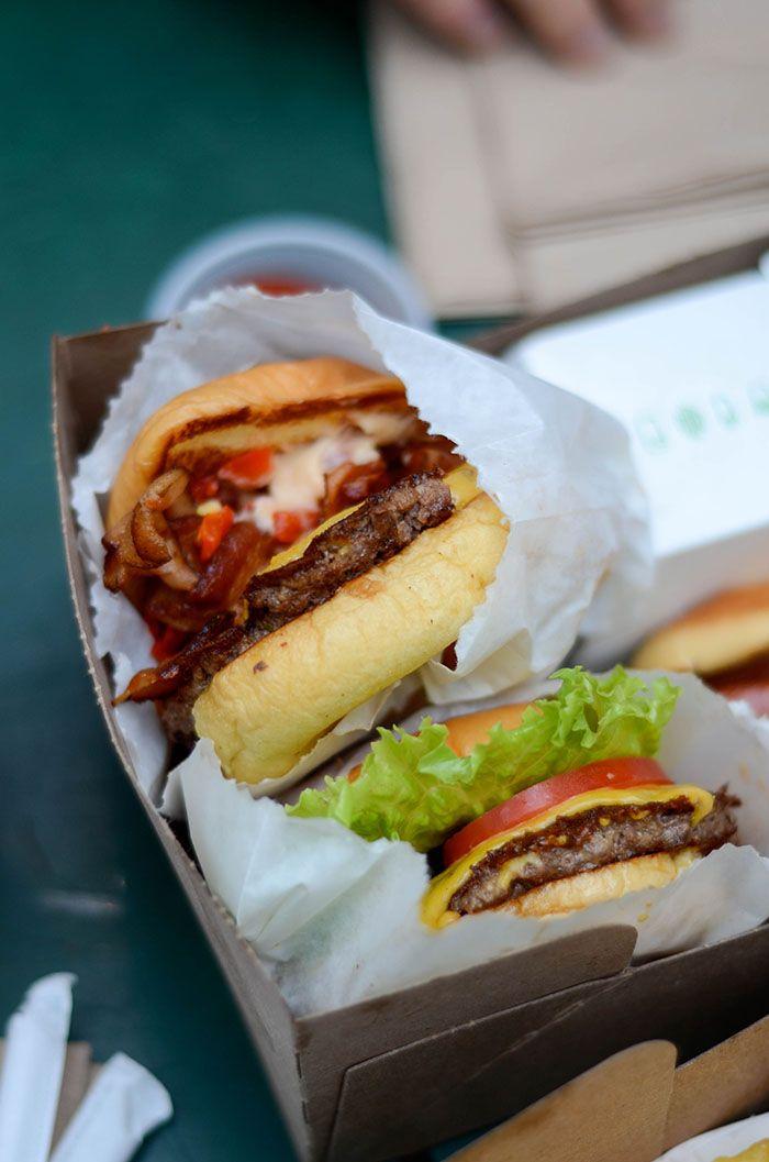 Newyork c'est la food, la food, la food ! Impossible de passer à côté, à toute heure, à tout moment, à tout les coins de rues, les newyorkais mangent. TOUT LE TEMPS. Vous passerez vos journées à mange