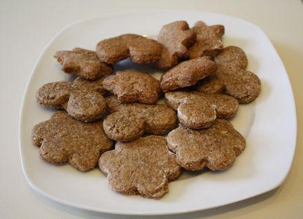 Zutaten: 1/2 kg Roggenmehl 1/2 kg Rohzucker 100 Gramm Honig 4 Eier 100 Gramm Ger. Nüsse 1 Teel. Natron 1 Lebkuchengewürz