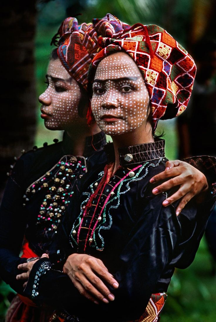 PHILIPPINES. Basilan. 1985. Two members of the Ramon Obusan troupe wait backstage to perform Yakan dances. (by Steve McCurry)