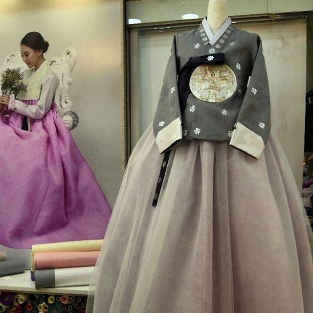 클래식한 궁중당의를 현대적인 패턴으로 디자인 했어요. 어깨는 암홀바느질로, 길이감은 조금 짧게! . #윤아한복 #당의 #한복 #궁중당의…