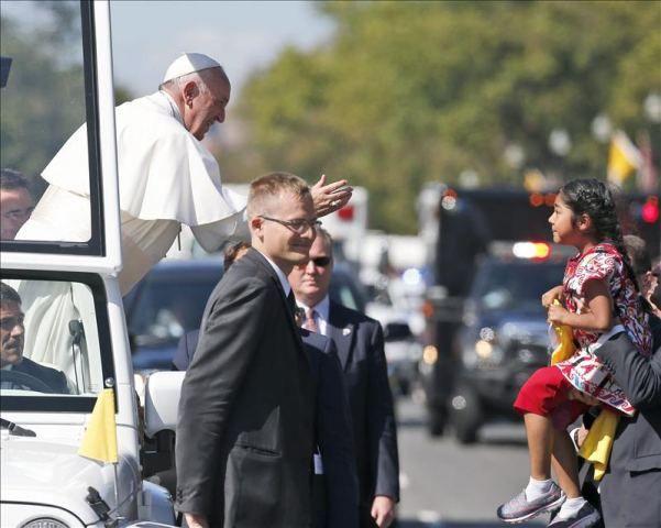Una niña hispana logra entregar al papa una carta en defensa de inmigrantes  http://www.elperiodicodeutah.com/2015/09/inmigracion/una-nina-hispana-logra-entregar-al-papa-una-carta-en-defensa-de-inmigrantes-2/