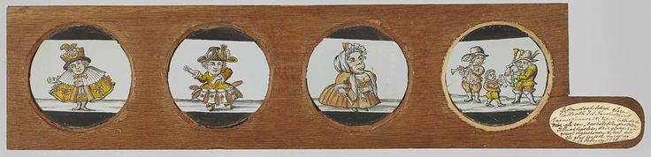 Anonymous | Dwergen en muzikanten, Anonymous, c. 1710 - c. 1790 | Vier glazen in houten vatting met handvat. Uiterst links: dwerg in grote mantel met kraag en strikken. Op zijn hoge hoed een halve maan en een ster. Rechts daarvan: vrouwelijke dansende dwerg met veren op haar hoed en jurk. Rechts daarvan: brede vrouwelijke dwerg in jurk, naar het Dwergentooneel. Uiterst rechts: twee muzikanten, één met doedelzak en de ander met schalmei. Tussen hen in een dwerg of kind met een stuk papier.