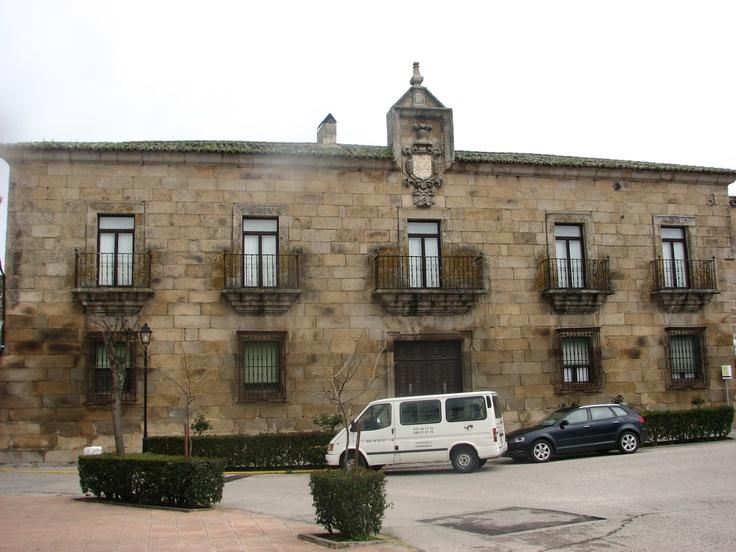 Palacio de Ovando. En la Plaza que lleva el mismo nombre.
