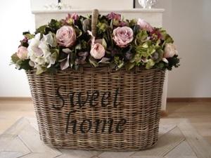Bloemstuk zijde bloemen in rieten mand Sweet Home