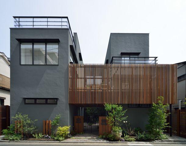 CASE 357 | 中庭のある2世帯住宅 両世帯が中庭を挟んで暮らす2世帯住宅です。中庭は、程良い距離感を保ちつつ、両世帯の繋がりを確保。バルコニーで繋がることで、一体の庭として楽しむことが出来ます。周囲に対して閉じつつも、開放的で上質な空間構成が、住む人にゆとりを与えてくれる設計となっています。 設計監理:フリーダムアーキテクツデザイン 施工場所:神奈川県横浜市