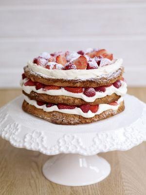 """Sophie Michell's Hazelnoot Meringue Laagjes Taart met Sweet Eve Aardbeien en Frambozen; Sophie over het recept: """"Ik vind het geweldig om taarten te bakken voor speciale gelegenheden. De verschillende lagen meringue met het fruit ertussen ziet er geweldig uit en kan je heel goed van te voren maken en net op het laatst helemaal afmaken."""""""