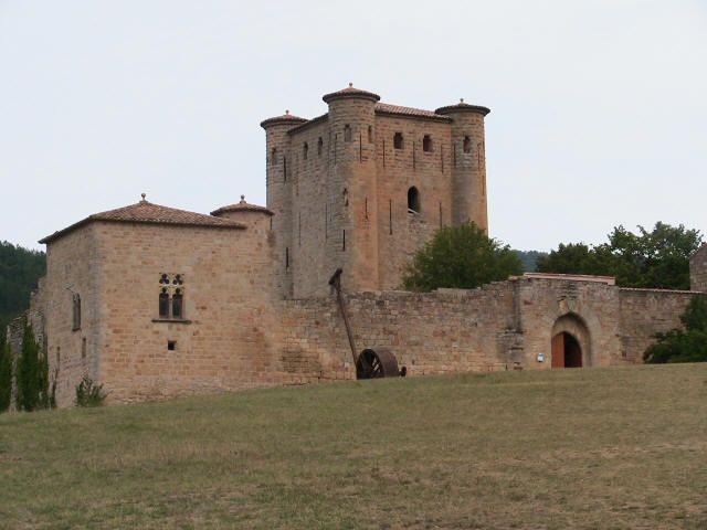 Château d'Arques - Le château (XIIème et XIVème siècles) est composé d'une enceinte qui entoure un donjon carré central de 11m de côté, doté de tourelles à chacun de ses angles. En 1231, la famille de Termes fut dépossédée de ce château au profit d'un ancien lieutenant de Simon de Montfort, Pierre de Voisins.