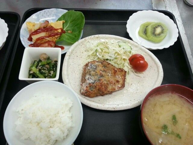 8月19日。魚の竜田揚げ、スペイン風オムレツ、小松菜としめじのおひたし、大根の味噌汁、キウイでした!カロリー546、たんぱく質、塩分2.9gです♪