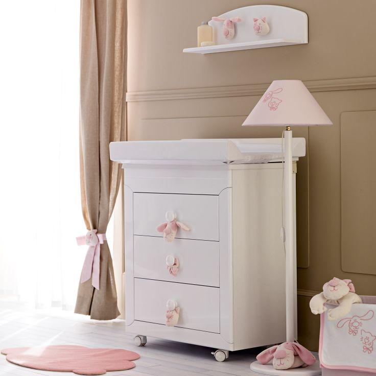 Wickeltisch Cicci & Coco mit pinkfarbenen Accessoires. Wie alle Pali Baby Wickelkommoden ist auch dieses Exemplar mit Schubfächern, einer integrierten Badewanne und einer gepolsterten Wickelunterlage ausgestattet und bietet dadurch enorme Funktionalität auf kleinem Raum.