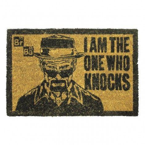 Très beau paillasson autour de la licence Breaking Bad. On y voit Walter White dans son personnage de Heisenberg avec sa citation I am the One Who Knocks.