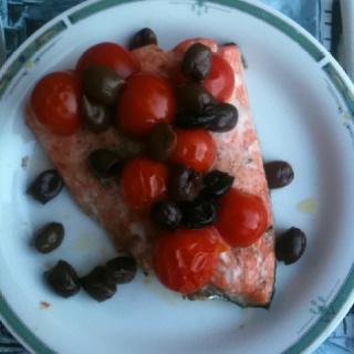 Salmone al forno con pomodorini e olive taggiasche