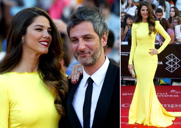 Juana Acosta puso el toque de color a la noche con un ajustado vestido amarillo que le sentaba como un guante. La actriz posó al lado de su pareja, el actor Ernesto Alterio, al que miraba embelesada