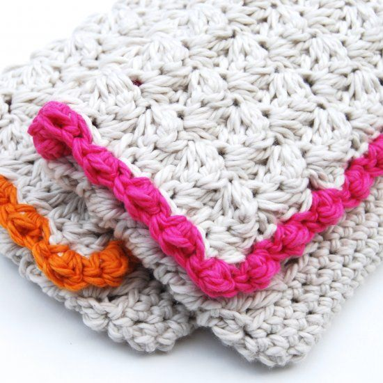 Crochet an Anthropologie inspired clutch for summer. The bright bold boarder on a neutral base screams summer! oooh, thanks so xox