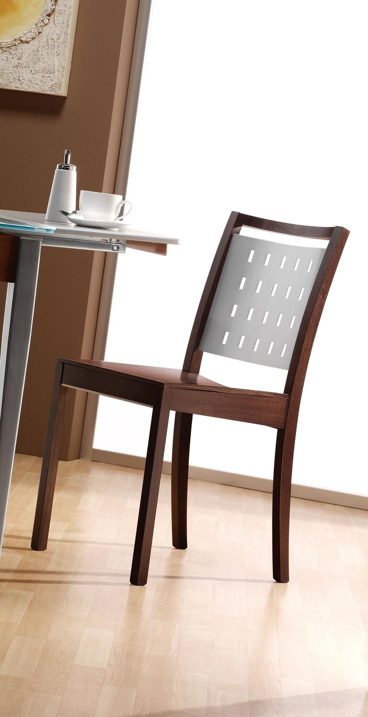 Silla 'Tecnova'. Robusta y resistente. Esta silla es una viva fusión de estilos y épocas: lineas rectas delanteras y estilizadas en la parte trasera.