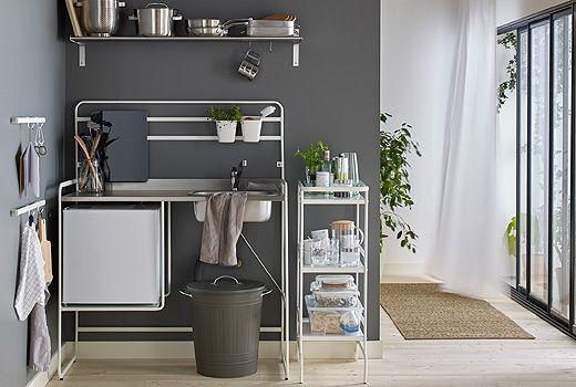 SUNNERSTA gir deg alle funksjonene til et tradisjonelt kjøkken, men uten forpliktelsene. Du får platetopp, kjøleskap, oppvaskkum og oppbevaring, uten å måtte pusse opp.
