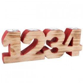 Drevený adventný svietnik nemusí byť len klasický veniec so 4 sviečkami. Masívny drevený adventný svietnik pozostáva zo 4 číslic (1, 2, 3, 4), ktoré sú navzájom spojené v jednom celku. Číslice sú čiastočne zvnútra natreté červenou farbou a spredu ja zachovaný prírodný odtieň dreva. Každú adventnú nedeľu je potrebné zapáliť jednu sviečku. Naša adventná dekorácia bude vyzerať v každej domácnosti pekne.