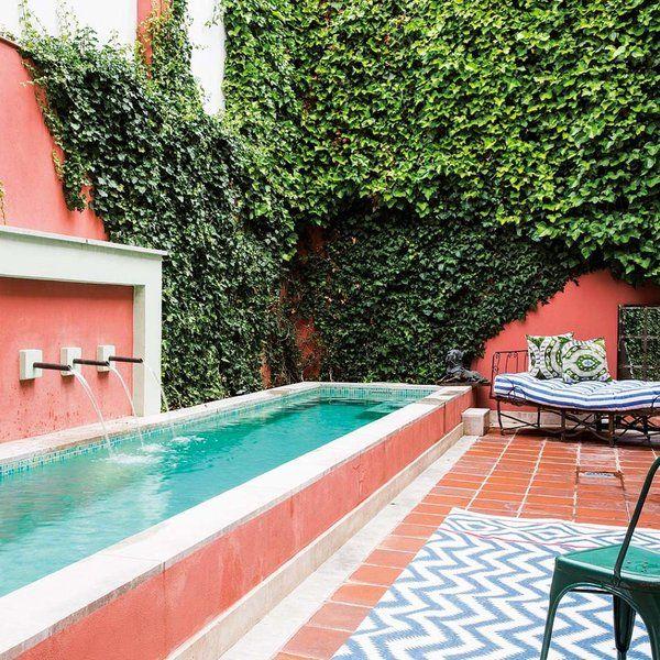 La reforma de esta vivienda madrileña giró en torno a un patio con alberca, un oasis donde disfrutar del aire libre en medio de la ciudad. En el interior, turquesa, coral y mostaza dan color al...