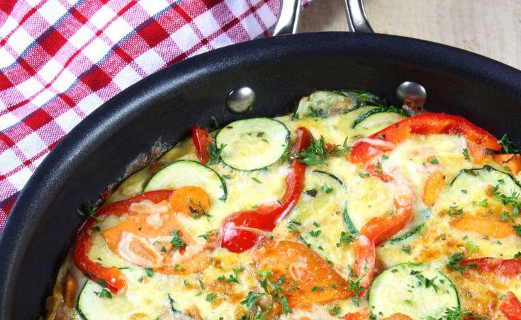 Schnell und einfach - so hab ich's gern. Diese Gemüse-Frittata mit frischen Kräutern kann man nach Lust und Laune sowie Kühlschrankvorräten variieren.