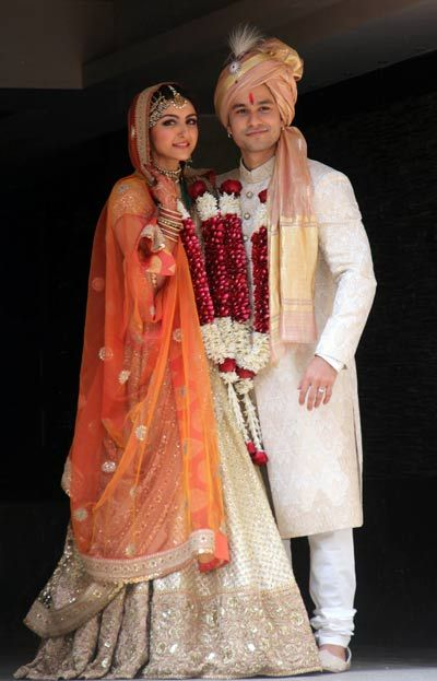 "Soha Ali Khan's Wedding - Soha was the perfect Pataudi nawabi princess in a sand gold Sabyasachi's ""million flower booti"" lehenga. The beautiful rust orange veil added some colour to the overall look. To complete her vintage bridal look, Soha wore her mother's beautiful heirloom jewellery - those headpieces and that green beaded necklace are to die for! Soha's outfit beautifully complemented Kunal's sherwani - an off-white and gold combination. Indian celebrity wedding #thecrimsonbride"