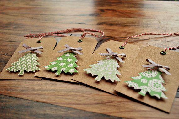 Satz von vier handgemachte Kraft Geschenkanhänger mit erhöhten Baum, Silber Bogen, Metall Öse u. Bäcker Bindfäden. Handgemachte Weihnachtsgeschenk