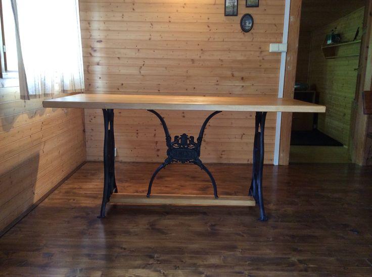 Old sewing machine Singer recycle - dining table.  (Spodní část - starý šicí stroj Singer, horní část - buková deska.  Vosková lazura, den práce, pocit hrdosti)