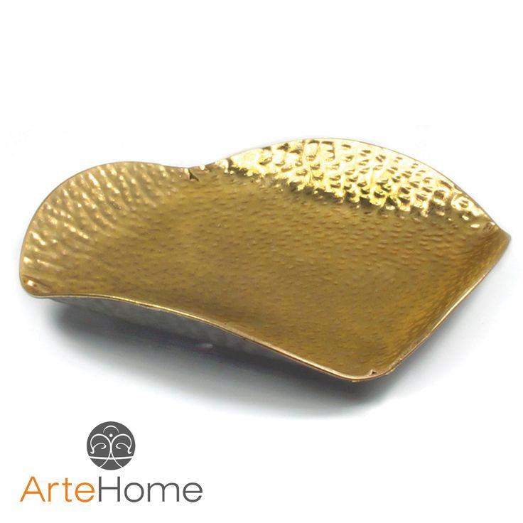 Metalowy półmisek dekoracyjny o złotym odcieniu.