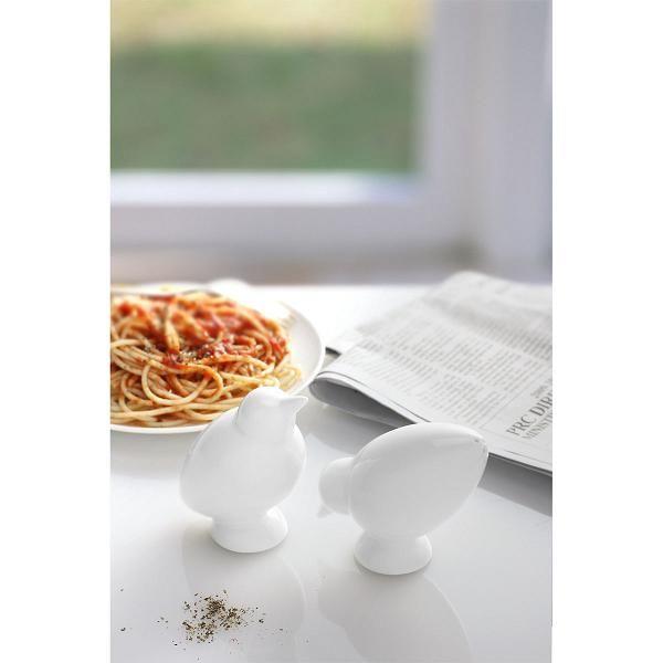 Zaprojektowane przez Carol Jacobs solniczka i pieprzniczka to para nierozłączna. Bird Salt & Pepper Shaker idealnie mieszczą się w dłoni. Prosta, typowa dla skandynawskiego designu forma będzie doskonałą ozdobą każdego stołu.