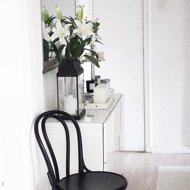 Hallen vol 2, älskar de gamla små integrerade skåpen i gamla hus, men ändå är det i planerna att remppa hela hallen! #skandinavianhome #interiordesign #interior2you #ikea #interior4you #inredning #whitedecor #whiteinterior #hallway #liljor #lilies #tonchair #skandinaviskahem #vitinredning #valkoinensisustus #vardagslyxivitt