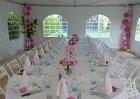 Inspiratie communie  Ovalen tafelopstelling, roze & witte accenten.  Nest chair vouwstoel wit; exclusief bij Xtrent