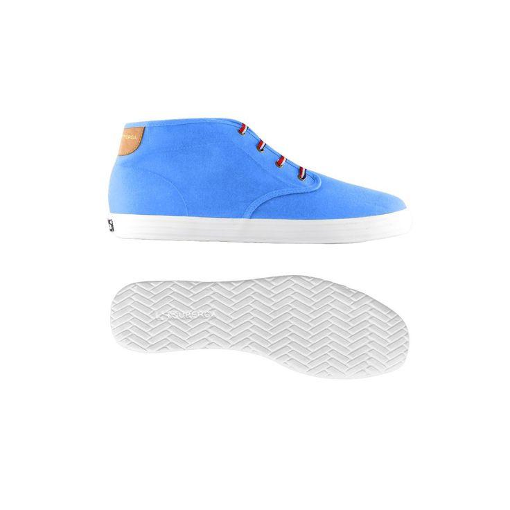 Sneaker alta Superga modello Derby: scarpa sportiva da uomo con tomaia in tela di cotone con dettaglio in pelle ecologica e lettering dorato Superga. Lacci e sottopiede in fantasia Regimental.