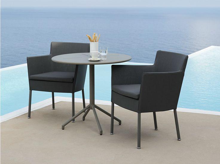 Sedie impilabili ultraleggere ideali in qualsiasi ambiente, la loro capacità di essere impilate le rende pratiche per anche il più piccolo terrazzo. Misure: 62x60 cm h 78