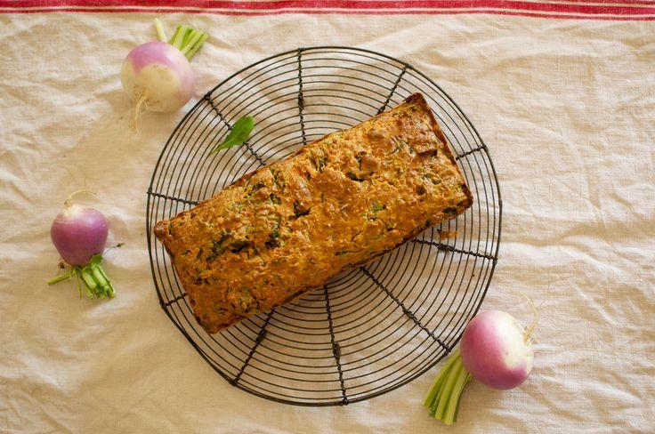 Cake aux fanes de navet, aux pignons et au fromage frais