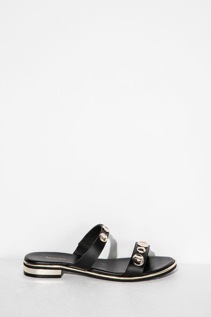 Sandalia plana con detalles de chapones en las tiras y detalle de logo grabado en un lateral.</br>- Tallas 36 y 41 de venta exclusiva online. | Zapatos | Fifty Factory