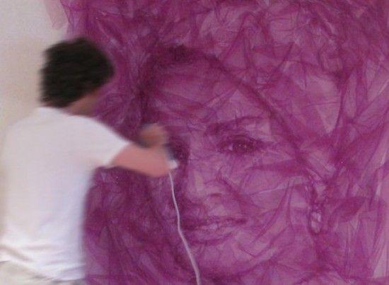 o artista Benjamim Shine cria diversos retratos usando tule e um ferro de passar roupa
