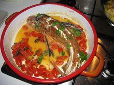 Prepara una ricetta leggera di pesce, la spigola, o branzino, cotto all'acqua pazza, cioè in padella e col pomodoro in umido.