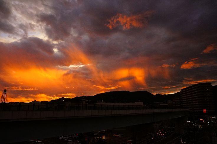 台風後の夕焼け。長野県で撮られた写真。普段は見れないレース状の雲が幻想的な雰囲気を醸し出している