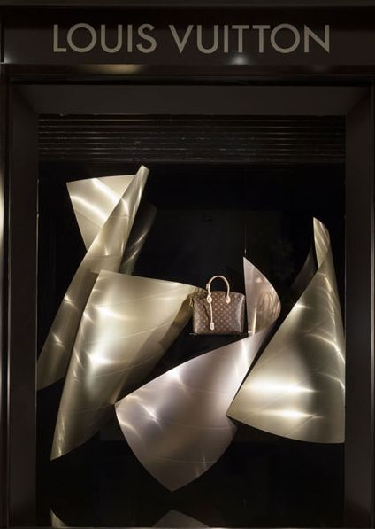 vitrines connectées-louis-vuitton par frank gehry d'après la fondation LV ursofrench ⓔⓣⓒ