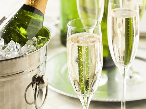 Als prickelnder Begleiter zu Austern ist Champagner äußerst beliebt. Der Schaumwein kann allerdings auch zu kräftigem Essen serviert werden.