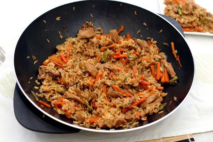 Wok de porc, riz, carottes, brocolis et sauce soja et sésame