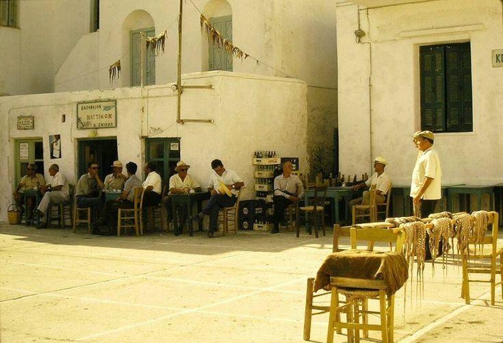 Χταπόδια στις καρέκλες, χταπόδια στις ταράτσες. Νάουσα Πάρου,1975  Διαβάστε όλο το άρθρο: http://www.tilestwra.com/30-spanies-ke-nostalgikes-fotografies-apo-tin-ellada-tou-chtes/