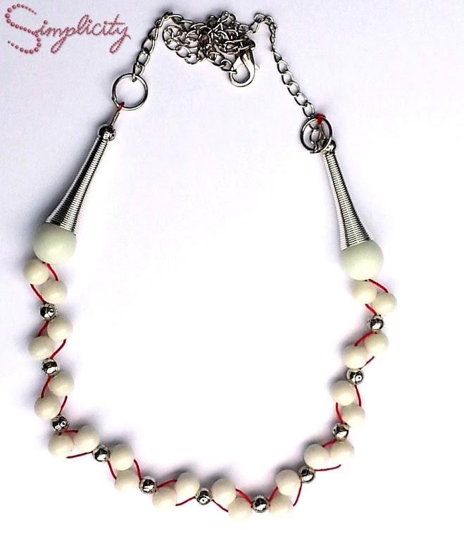 Colier statement din perle albe mat cu insertii din argint tibetan.  Pret: 40 Lei