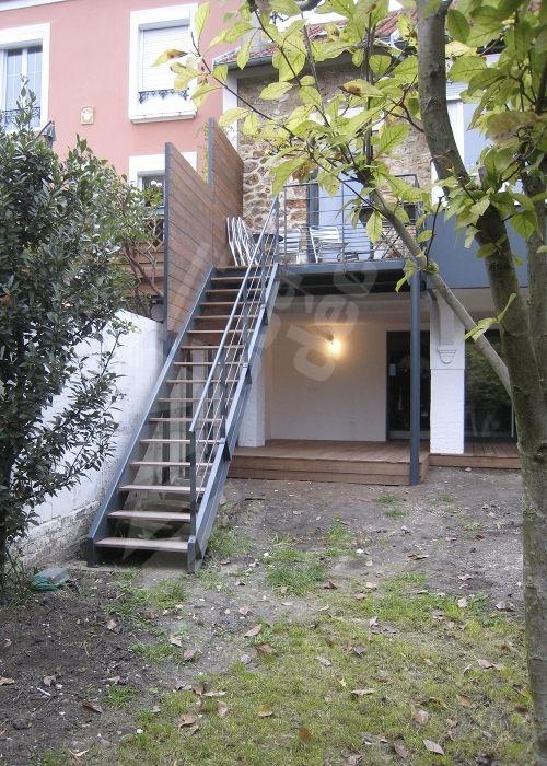 Photo DT108 - ESCA'DROIT®. Escalier droit extérieur design en métal et bois d'accès à une terrasse pour une maison contemporaine. - © Photo : Escaliers Décors®