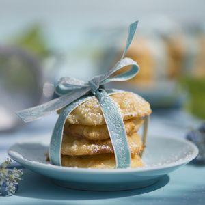 Backofen auf 180°C Ober-/Unterhitze vorheizen. Äpfel schälen, grob raffeln oder in feine Stifte schneiden. Für den Rührteig Butter und Zucker...