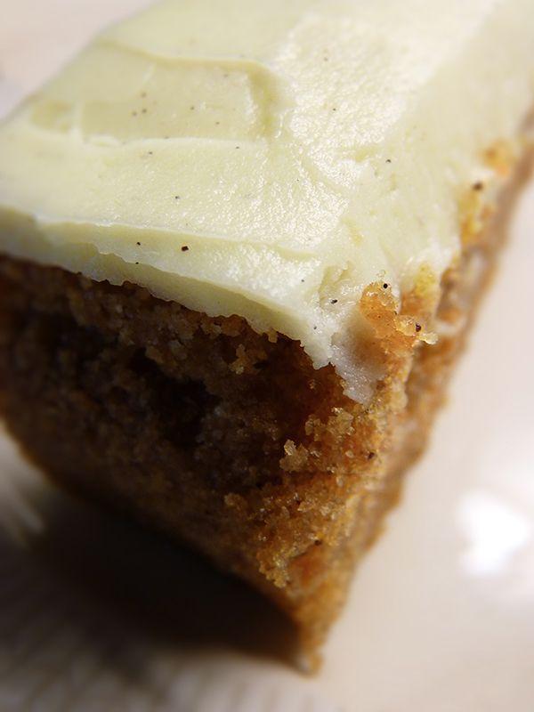 Saftig och god morotskaka med citronglasyr. Läs mer på recept.com