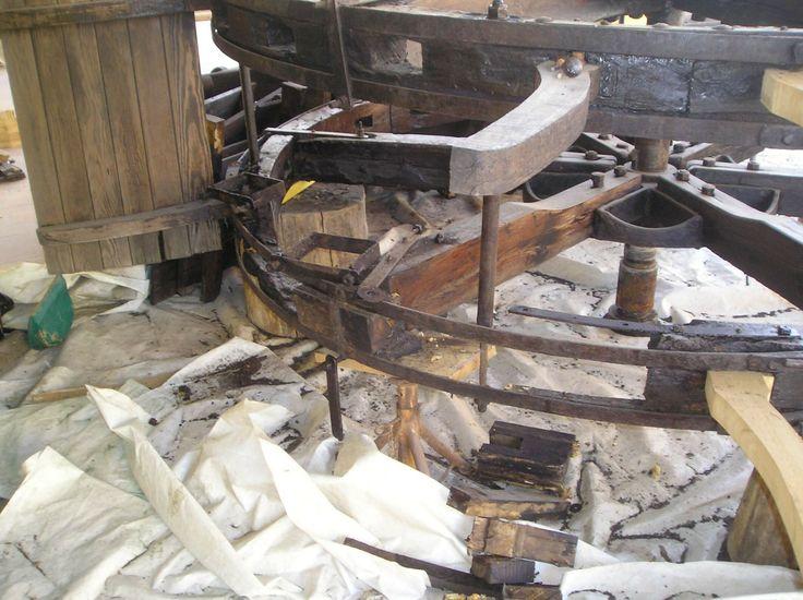 Un settore circolare della corona era composto da tanti piccoli pezzi, rimossi e sostituiti da un unica tavola, ripristina la tenuta allo sforzo.