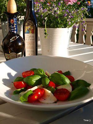 » Tomatsalat med mozzarella og pinjekjerner