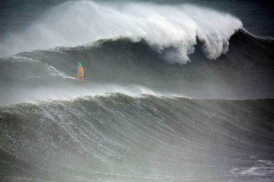 Jason Polakow, windsurfeur australien de 44 ans a réalisé l'exploit de rider la vague de Nazaré en planche à voile. Sport mondialement connu pour ses vagues immenses, il est plutôt réservé aux surfeurs. Il est donc le premier à prendre la vague en planche à voile.