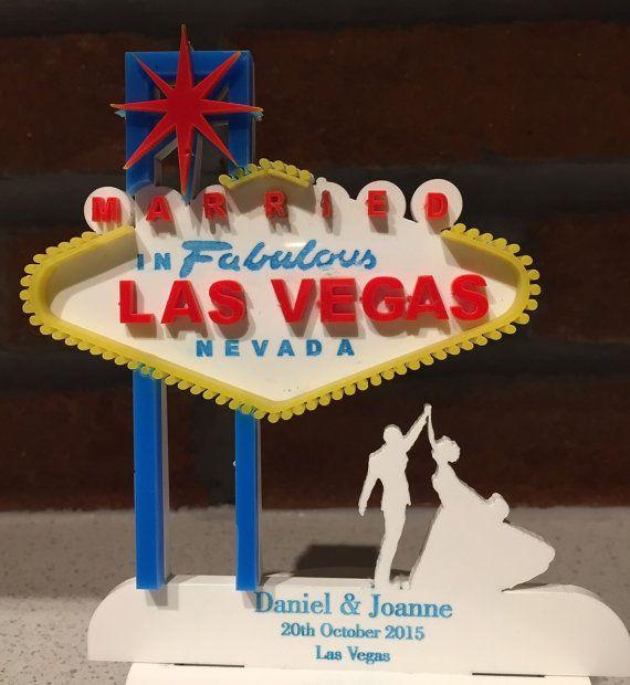 Se marier à Las Vegas ? Pourquoi ne pas ajouter un saisissant topper personnalisé à votre gâteau ? Très bel article laser gravé par nos soins avec des couleurs réalistes et découpé. Entièrement personnalisé pour vous. Environ taille 150 x 150 mm S'il vous plaît ajouter le nom et la date requise à la note avec vos détails de paiement. Nous vous personnalisez votre gâteau avec le texte que vous fournissez donc s'il vous plaît que ce double vérification avant l'envoi. S'il vous plaît noter ...